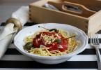 bezglutenowe spaghetti z kaparami i płatkami czosnku 72dpi